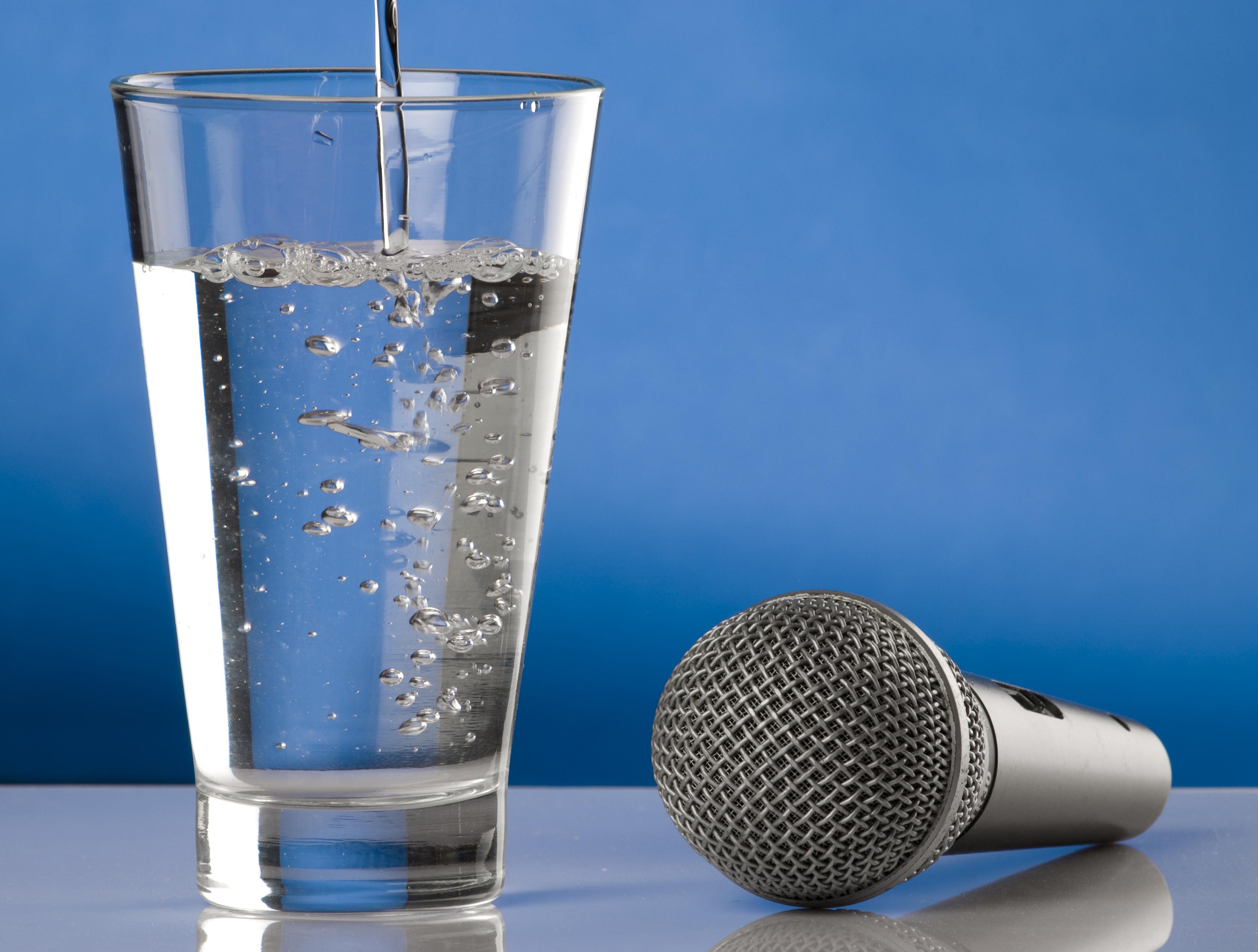 Üvegpohárba készítsd ki az előadásra szánt vizedet.