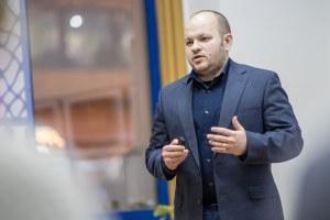 Ilyash György előad a Szónok Születik Retorikaiskola Gálaesjtén