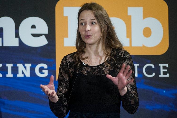 Reéb Zsófia a FameLab magyarországi fordulójának ezüstérmes beszédét tartja